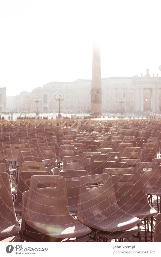 Rom XIV - Der heilige Stuhl Vatikan Italien Hauptstadt Dom Platz Architektur Petersplatz Petersdom Sessel Kunststoff groß hell braun Mitgefühl friedlich