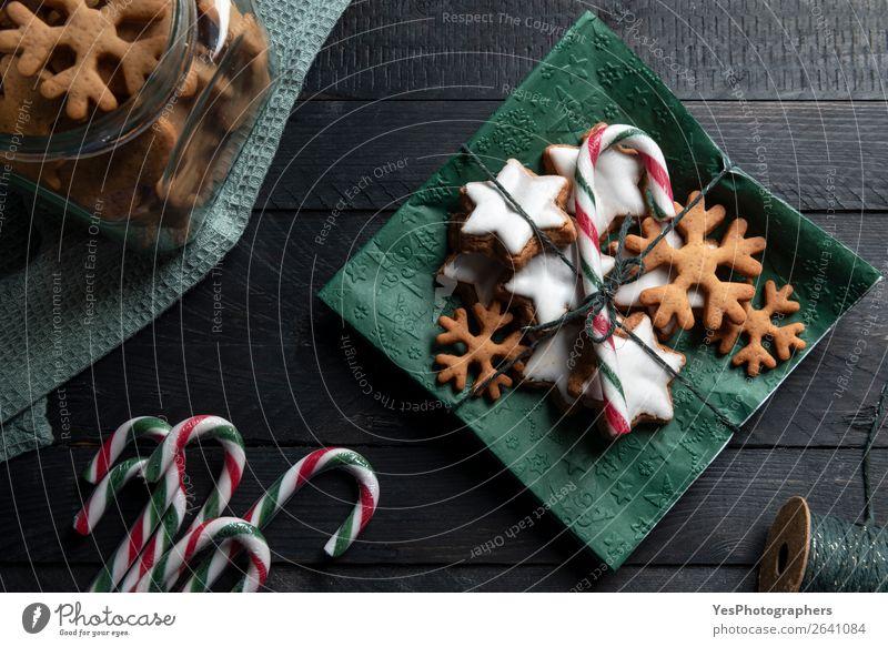 Lebkuchenkekse und Zuckerrohr auf einer Serviette. Kuchen Dessert Süßwaren Feste & Feiern Weihnachten & Advent lecker süß Tradition obere Ansicht Bäckerei