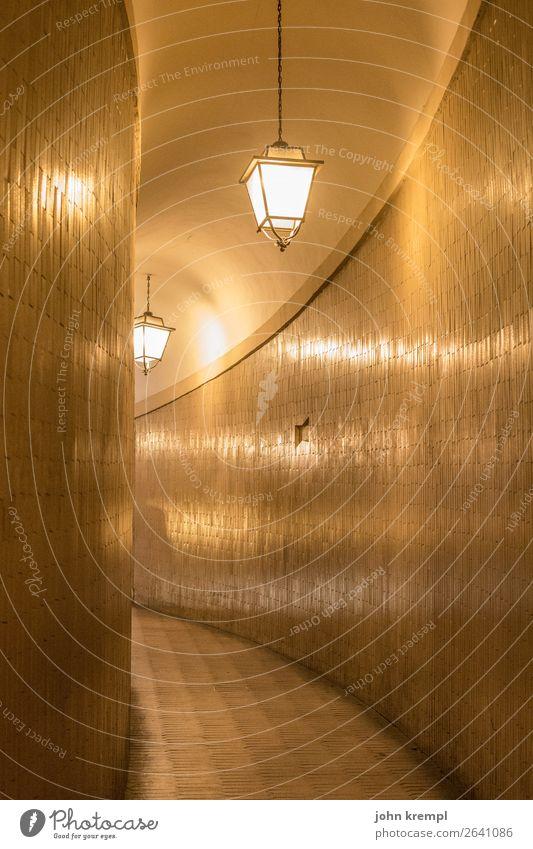 Durch diese hohle Gasse dunkel gelb Wand Mauer Stein Fassade leuchten Italien Neugier Sehenswürdigkeit Bauwerk geheimnisvoll Laterne Fliesen u. Kacheln Rom Gang