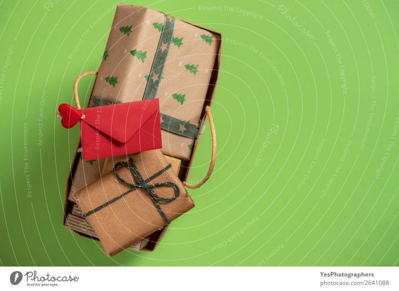 Einkaufstasche voll mit Weihnachtsgeschenken. Draufsicht mit Kopierbereich kaufen Feste & Feiern Weihnachten & Advent Paket grün rot Überraschung Tradition