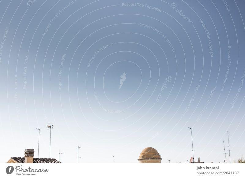 Rom IX - Textfreiraum oben Himmel Wolkenloser Himmel Italien Haus Dach Schornstein Antenne Satellitenantenne Kuppeldach trashig Stadt blau Glück Zusammensein
