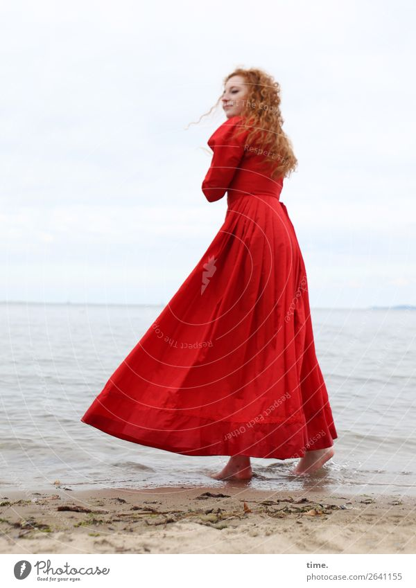 Nina feminin Frau Erwachsene 1 Mensch Wasser Himmel Küste Strand Ostsee Kleid rothaarig langhaarig Locken beobachten festhalten Blick stehen warten maritim