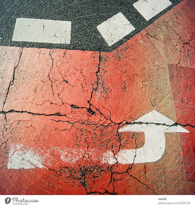 Richtungswahl alt weiß rot schwarz Straße grau Schilder & Markierungen groß Verkehr verrückt Asphalt Zeichen Pfeil Verkehrswege Riss eckig
