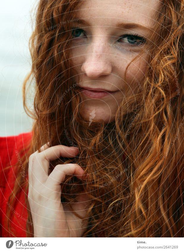 Nina feminin Frau Erwachsene 1 Mensch Kleid rothaarig langhaarig Locken beobachten Denken festhalten Lächeln Blick warten Freundlichkeit schön Zufriedenheit