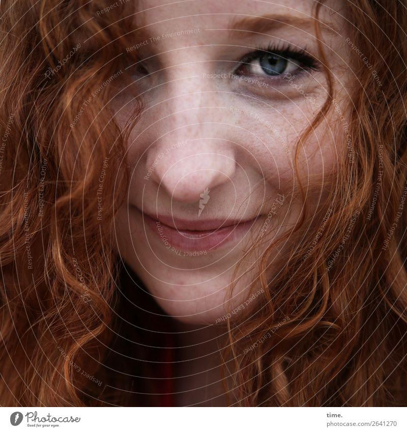 Nina feminin Frau Erwachsene 1 Mensch rothaarig langhaarig Locken beobachten Lächeln Blick Freundlichkeit Fröhlichkeit schön listig Wärme Zufriedenheit