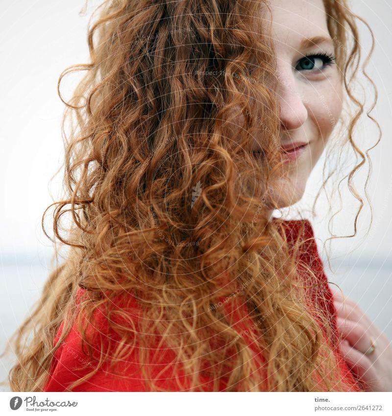 Nina feminin Frau Erwachsene 1 Mensch Horizont Küste Kleid Haare & Frisuren rothaarig langhaarig Locken beobachten festhalten Lächeln Blick Freundlichkeit schön