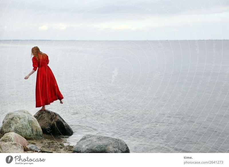 Nina feminin Frau Erwachsene 1 Mensch Wasser Himmel Wolken Horizont Felsen Küste Strand Ostsee Kleid rothaarig langhaarig Locken Stein Erholung springen stehen