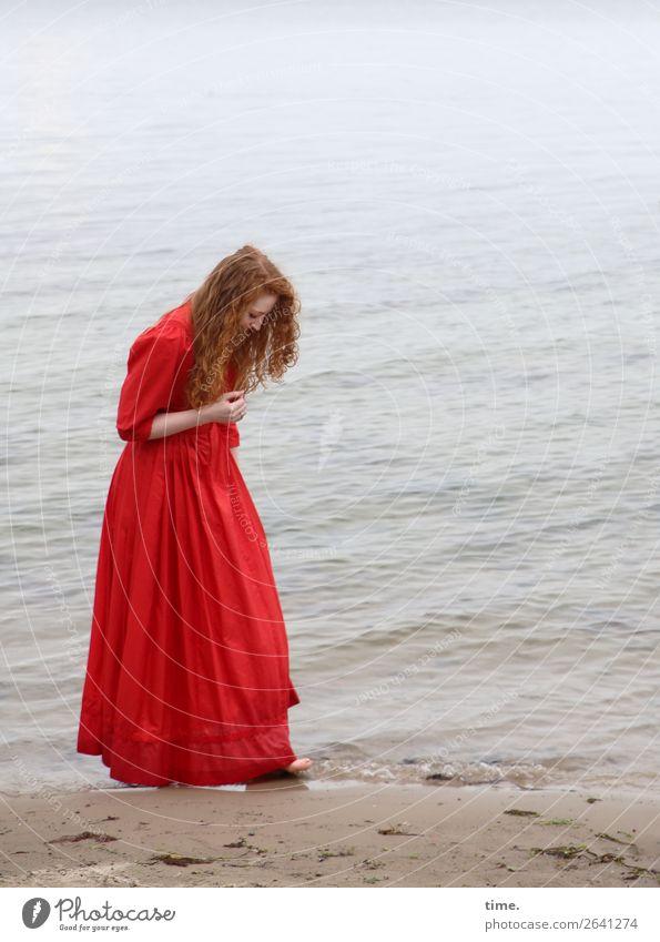 Nina feminin Frau Erwachsene 1 Mensch Wasser Küste Strand Ostsee Kleid rothaarig langhaarig Locken beobachten gehen Blick stehen Glück maritim Neugier schön