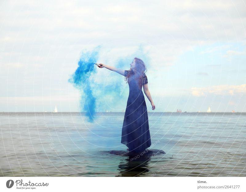 Nina feminin Frau Erwachsene 1 Mensch Wasser Himmel Horizont Küste Ostsee Kleid rothaarig langhaarig Locken Fackel Rauch Stein festhalten Blick stehen dunkel