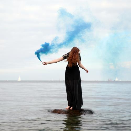 Nina Frau Mensch Himmel schön Wasser Erwachsene Leben feminin Küste Bewegung Zeit Horizont ästhetisch stehen Kreativität Abenteuer