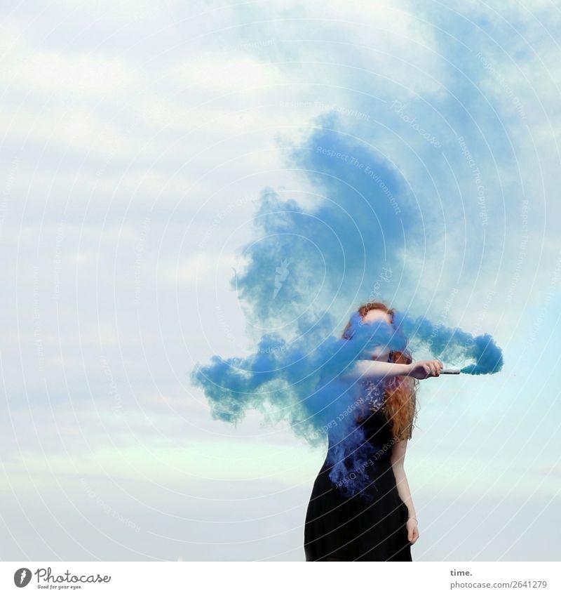 Nina feminin Frau Erwachsene 1 Mensch Himmel Wolken Kleid rothaarig langhaarig Locken Fackel Rauch Rauchwolke rauchend festhalten Rauchen stehen rebellisch wild