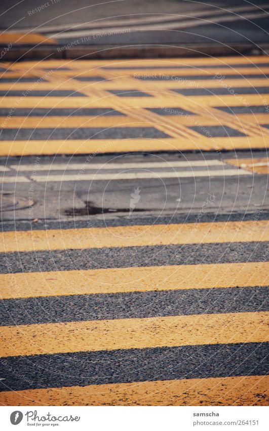 über die Strasse Kleinstadt Stadt Stadtzentrum Fußgängerzone Menschenleer Verkehr Verkehrswege Straße Straßenkreuzung Wege & Pfade Ampel gehen laufen nass gelb