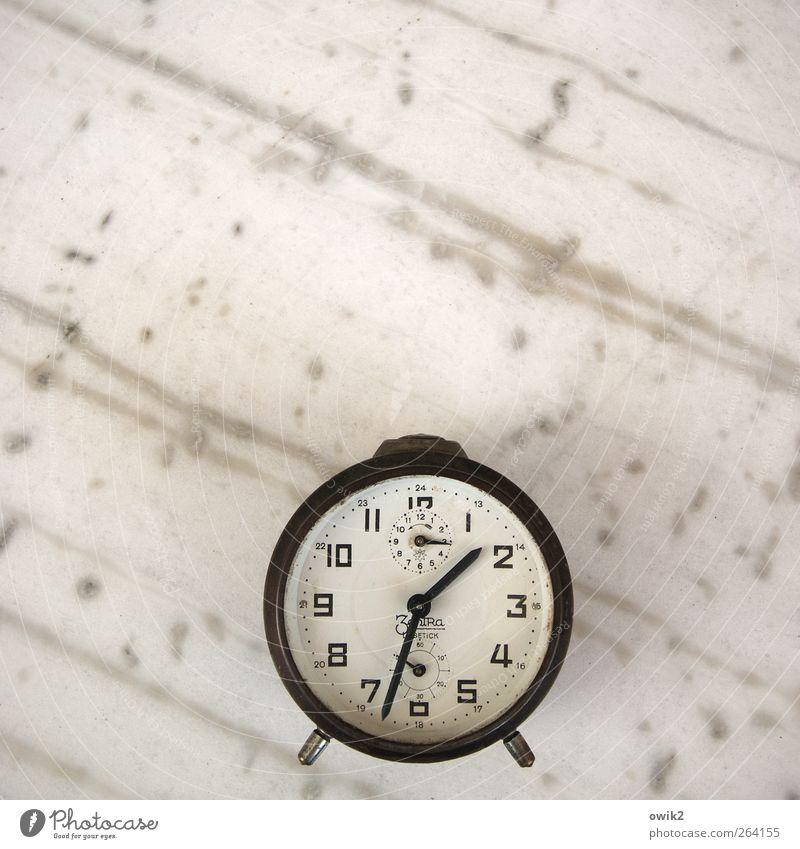 Leisetick Freizeit & Hobby Messinstrument Uhr Wecker analog Stein liegen alt historisch retro Vertrauen Verlässlichkeit Pünktlichkeit Ausdauer sparsam Design
