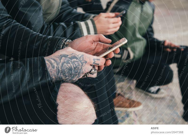 Freundeskreis mit Smartphones Freude Telekommunikation Telefon PDA Bildschirm Technik & Technologie Internet Junge Mann Erwachsene Freundschaft Jugendliche Hand