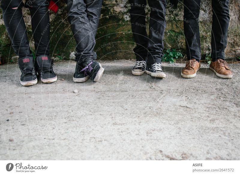 Junge Stadtbewohner Beine Mann Erwachsene Freundschaft Jugendkultur Straße Mode Bekleidung Jeanshose Turnschuh schwarz Teenager Reihe jung kleiner Abschnitt