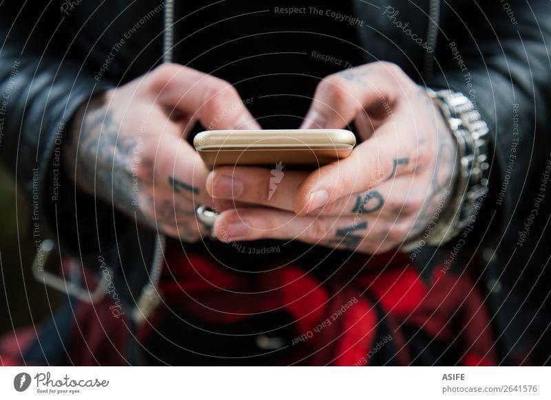 Tätowierte Männerhände mit Smartphone Telekommunikation Telefon PDA Technik & Technologie Internet Mann Erwachsene Hand Finger Straße Jacke Leder Tattoo Liebe