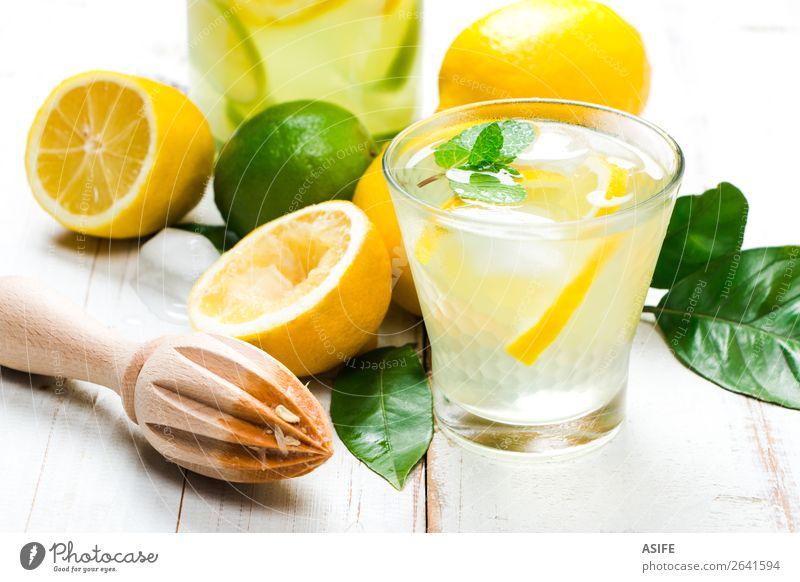 Hausgemachte Limonade mit Reibahle auf weißem Holztisch Frucht Diät Getränk Saft Sommer Tisch Blatt Coolness frisch gelb grün Zitrone Kalk Zitrusfrüchte Minze