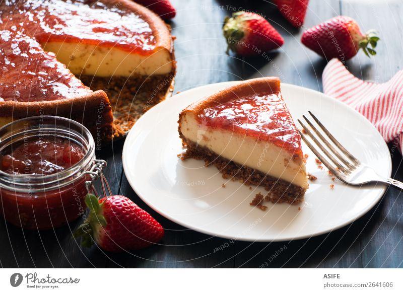 Portion hausgemachter Käsekuchen Frucht Dessert Marmelade Frühstück Tisch Holz frisch blau rot Kuchen Erdbeeren gebastelt Lebensmittel Backwaren süß Mascarpone