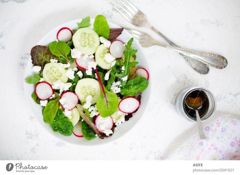 Gemischter Salat mit Babyblättern, Rettich, Gurke und Fetakäse Käse Gemüse Ernährung Mittagessen Abendessen Vegetarische Ernährung Diät Teller