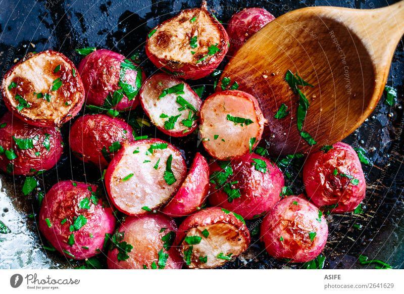 Gebratene Radieschen in der Pfanne Gemüse Ernährung Vegetarische Ernährung Diät Löffel Pflanze Holz frisch klein lecker rot Farbe Rettich radiert gebraten