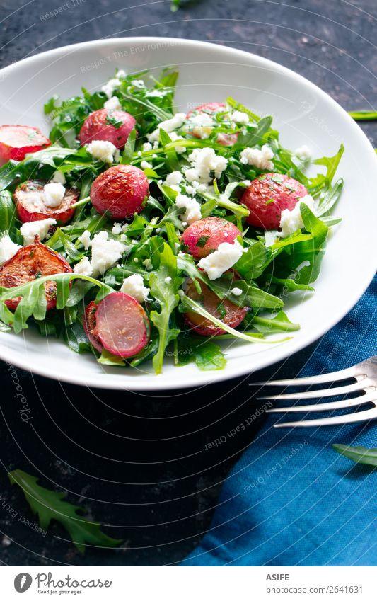Rucola-Salat mit gerösteten Rettich und Fetakäse Käse Gemüse Ernährung Mittagessen Abendessen Vegetarische Ernährung Diät Teller Gabel Sommer alt frisch blau