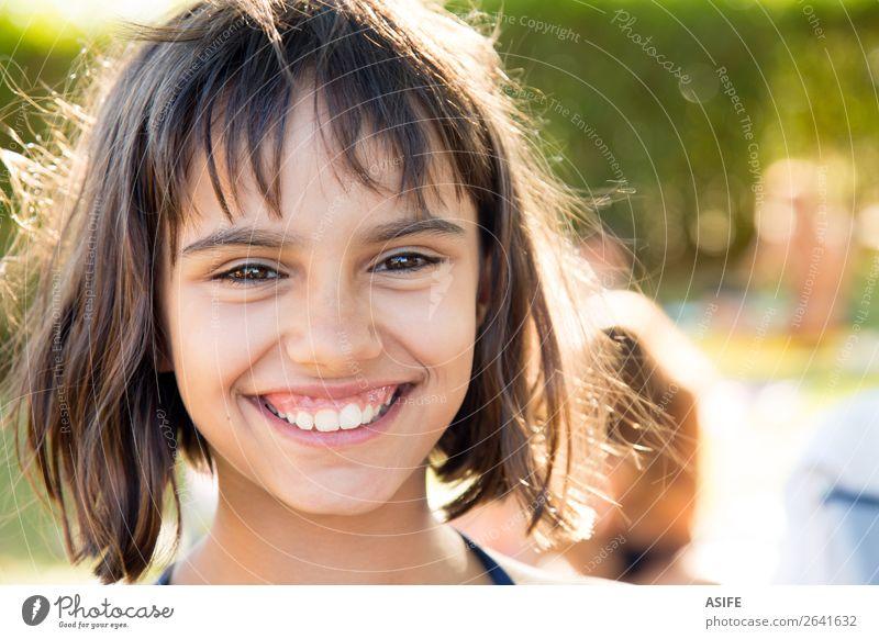 Porträt eines glücklichen kleinen Mädchens, das nach dem Schwimmen lächelt. Lifestyle Freude Glück schön Zufriedenheit Schwimmbad Sommer Garten Kind Frau