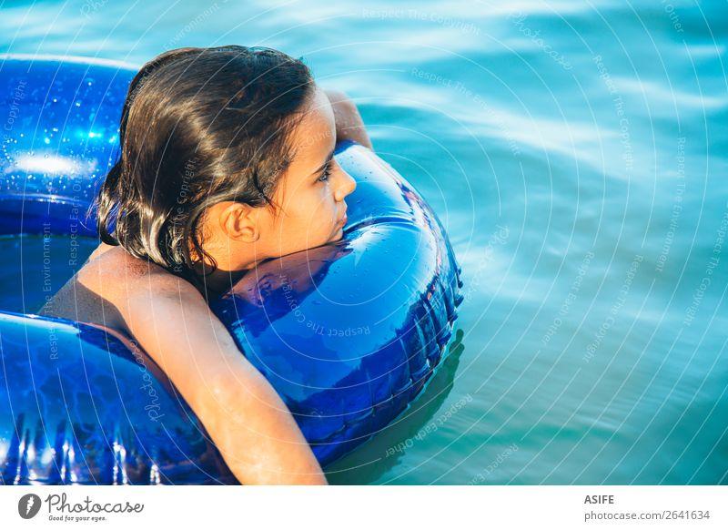Glückliches kleines Mädchen, das mit einem Ring im Wasser schwebt. Lifestyle Freude schön Erholung Schwimmbad Freizeit & Hobby Spielen Ferien & Urlaub & Reisen