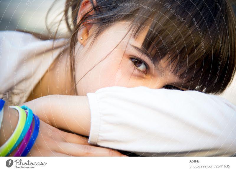 Schüchternes kleines Mädchen, das das Gesicht mit Armen bedeckt. Lifestyle Kind Frau Erwachsene Kindheit brünett niedlich Gefühle Farbe schüchtern Tierhaut