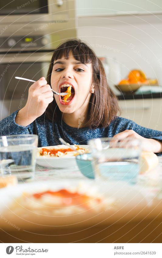 Kleines Mädchen genießt ihr Nudelgericht Käse Ernährung Essen Mittagessen Abendessen Gabel Freude Glück schön Tisch Küche Kind sitzen lecker niedlich