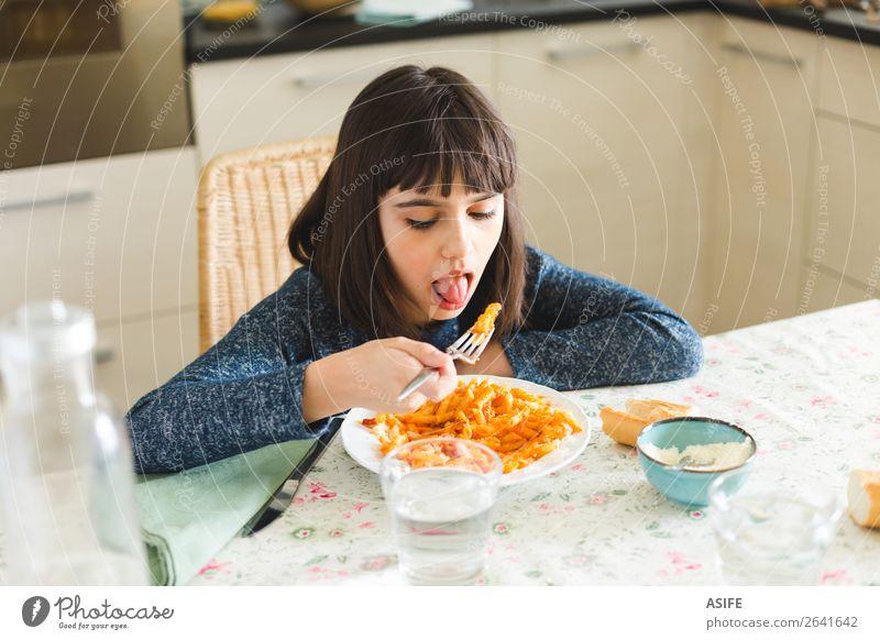 Kleines Mädchen isst zu Hause Nudeln Käse Ernährung Essen Mittagessen Abendessen Gabel Freude Glück schön Tisch Küche Kind sitzen lecker niedlich