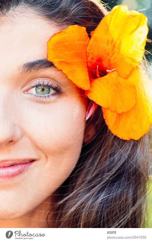Glückliche Schönheit elegant schön Körper Haut Gesicht Schminke Behandlung feminin Frau Erwachsene Lippen Natur Blume Mode brünett Lächeln Fröhlichkeit frisch