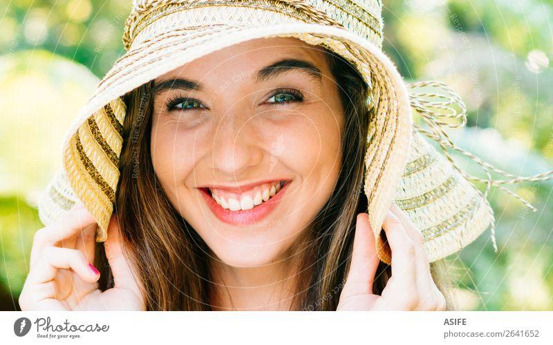 Glückliches und schönes Mädchen mit Pamela Freude Sommer Mensch Frau Erwachsene Hand Natur Baum Park Lächeln lachen niedlich grün rosa Beautyfotografie Auge