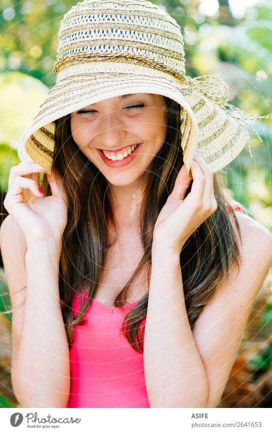 Glückliches Mädchen mit Pamela lachend Freude schön Sommer Mensch Frau Erwachsene Hand Natur Baum Park Lächeln niedlich grün rosa Beautyfotografie Auge hübsch