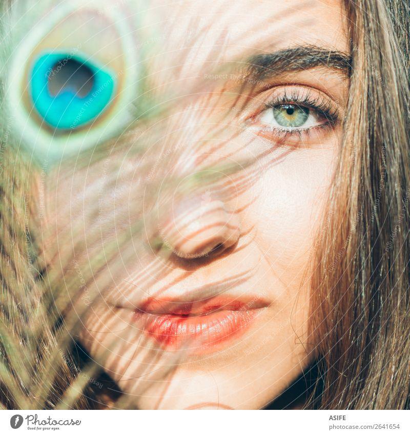 Schönes Gesicht mit Pfauenfeder schön Haut Kosmetik Schminke Sonne Mensch Frau Erwachsene Lippen Mode hell niedlich blau grün Beautyfotografie jung Feder