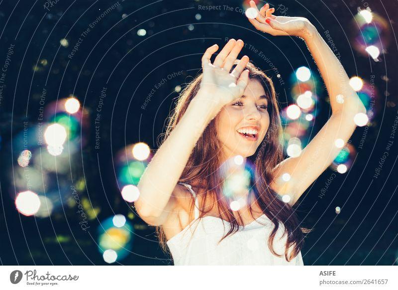 Mädchen tanzt mit Blasen Freude Glück schön Spielen Sommer Feste & Feiern Mensch Frau Erwachsene Natur Wärme Park träumen Fröhlichkeit weich grün Schaumblase