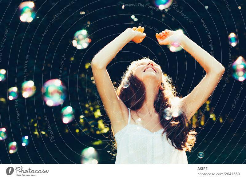 Mädchen hat Spaß mit Blasen Freude Glück schön Spielen Sommer Feste & Feiern Mensch Frau Erwachsene Natur Wärme Park träumen Fröhlichkeit weich grün Schaumblase