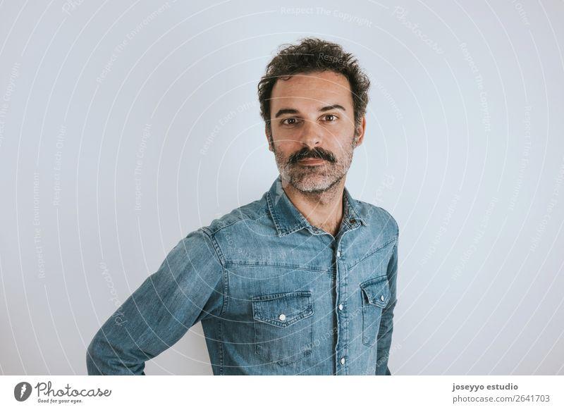 Porträt eines Mannes mit Schnurrbart. Lifestyle Glück Gesicht Mensch Erwachsene Mode Hemd Lächeln stehen Coolness trendy selbstbewußt attraktiv Hintergrund