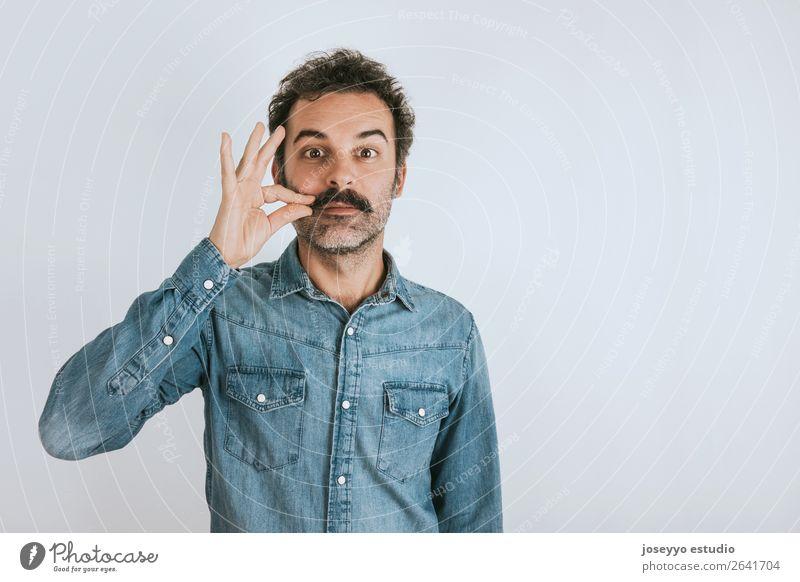 Lustiges Porträt eines Mannes, der seinen Schnurrbart berührt. Lifestyle Gesicht Mensch Erwachsene Mode Hemd stehen Coolness trendy lustig selbstbewußt