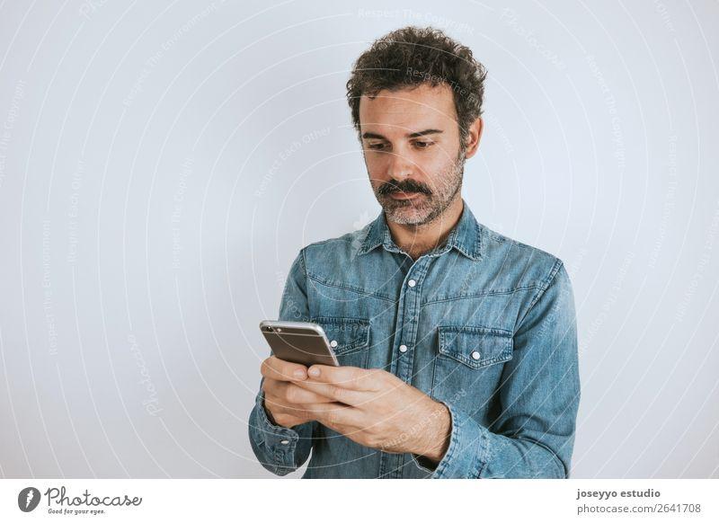 Porträt eines Mannes mit Schnurrbart auf seinem Smartphone. Lifestyle Gesicht Handy PDA Mensch Erwachsene Mode Hemd stehen Coolness trendy selbstbewußt