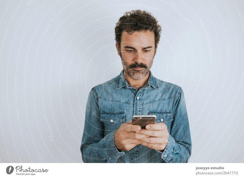 Porträtieren Sie einen Mann mit Schnurrbart mit seinem Smartphone. Lifestyle Gesicht Handy PDA Mensch Erwachsene Mode Hemd stehen Coolness trendy selbstbewußt
