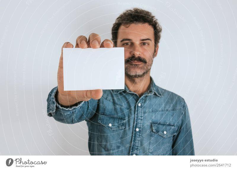 Porträt eines Mannes mit einer leeren Karte. Lifestyle Gesicht Mensch Erwachsene Hemd stehen Coolness trendy selbstbewußt attraktiv Hintergrund blanko Krebs