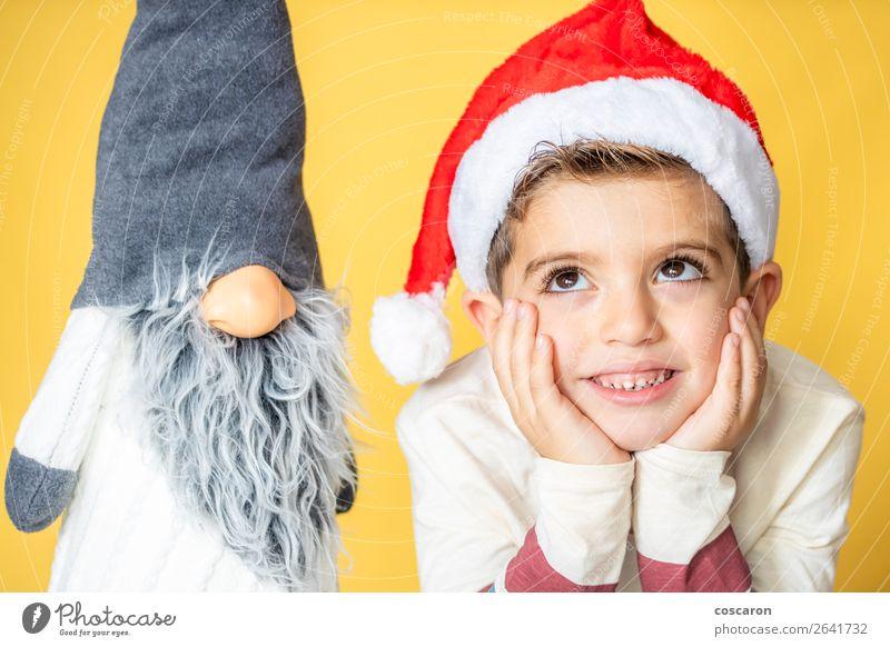Kind und Zwerg mit gelbem Hintergrund am Weihnachtstag Lifestyle Design Freude Glück schön Gesicht Freizeit & Hobby Winter Dekoration & Verzierung
