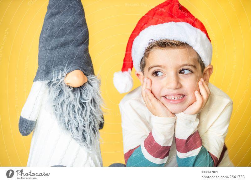 Kind und Zwerg mit gelbem Hintergrund am Weihnachtstag Design Freude Glück schön Gesicht Winter Dekoration & Verzierung Feste & Feiern Weihnachten & Advent