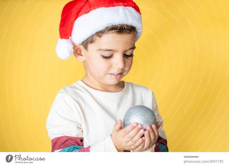 Süßes Kind mit Santa´s Hut und Weihnachtskugel Lifestyle Freude Glück schön Ferien & Urlaub & Reisen Winter Dekoration & Verzierung Feste & Feiern