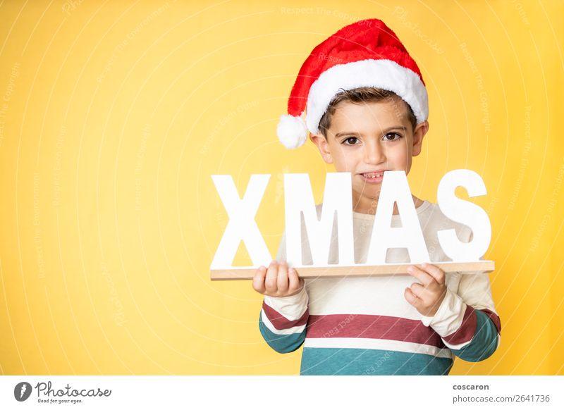 Liebenswertes Kind mit Santa´s Hut am Weihnachtstag. Lifestyle Stil Design Glück Winter Winterurlaub Feste & Feiern Weihnachten & Advent Mensch maskulin