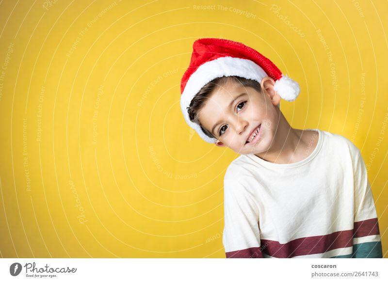 Liebenswertes Kind mit Santa´s Hut am Weihnachtstag. Stil Design Glück Winter Feste & Feiern Weihnachten & Advent Silvester u. Neujahr Mensch Kleinkind Junge