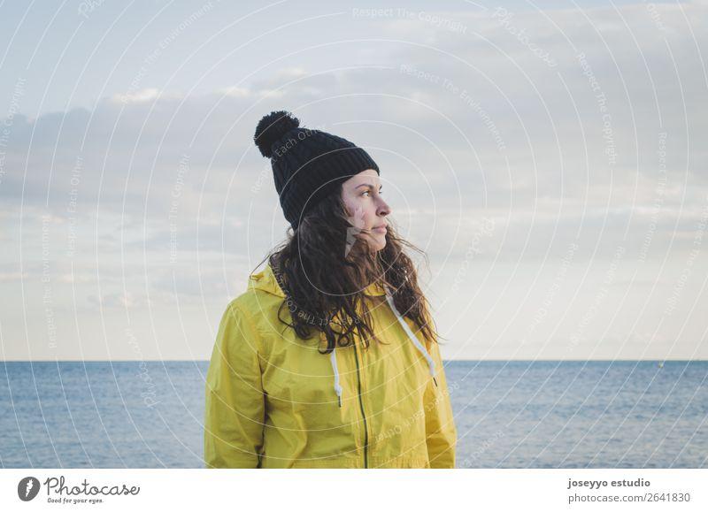 Frau am Strand im Winter Lifestyle Erholung Ferien & Urlaub & Reisen Ausflug Freiheit Meer Sport Sitzung 30-45 Jahre Erwachsene Natur Horizont Küste Jacke