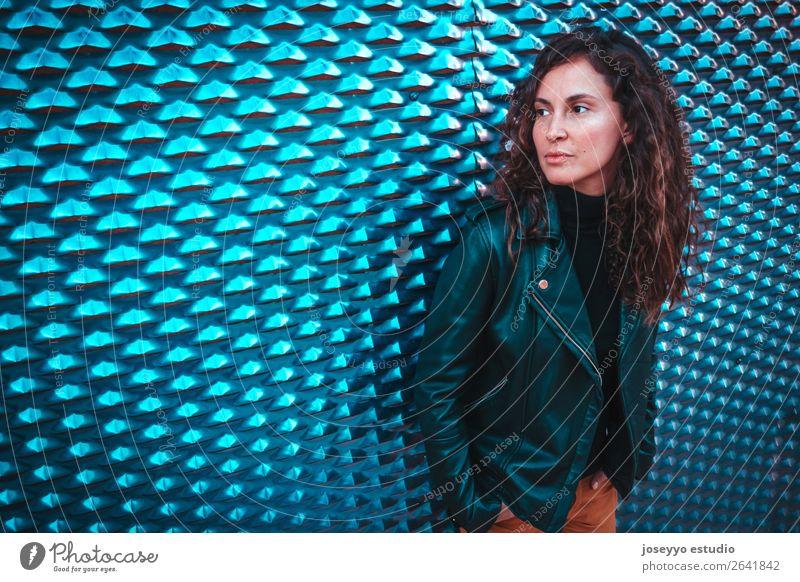 Porträt einer jungen Frau Lifestyle Glück schön Gesicht Mensch Herbst Mode Jacke Leder brünett Stahl Lächeln Coolness trendy modern natürlich niedlich blau
