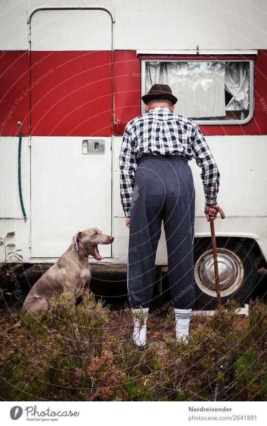 Überraschung | Der Nachbar kommt .... Mensch Ferien & Urlaub & Reisen Hund Mann alt Tier Einsamkeit Erwachsene Senior Gras Tourismus Mode Häusliches Leben Armut