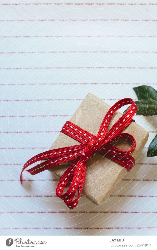 Geschenkbox, verpackt in Recyclingpapier und roter Schleife Brötchen kaufen elegant Valentinstag Muttertag Ostern Erntedankfest Weihnachten & Advent